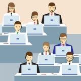 Männer und Frauen, die in einem Call-Center arbeiten 3d eine Abbildung Lizenzfreie Stockfotografie
