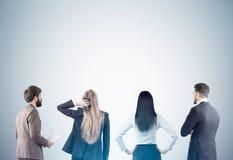 Männer und Frauen, die graue Wand betrachten Stockfoto
