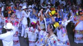 Männer und Frauen, die in Mérida nachts tanzen stock footage