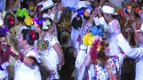Männer und Frauen, die in Mérida tanzen stock footage