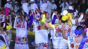 Männer und Frauen, die in Merida Yucatan tanzen stock footage