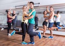 Männer und Frauen, die Salsa O bachata tanzen stockfoto