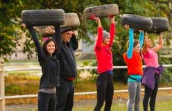 Männer und Frauen führen Übung durch Lizenzfreies Stockfoto