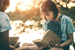 Männer und Frauen lasen Bücher in der ruhigen Natur stockfotos