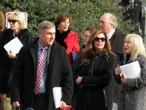 Männer und Frauen, welche die nationale Kathedrale im Washington DC herausnehmen stockfoto
