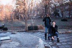 Männer und Mädchenaufstellung Stockfoto