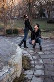 Männer und Mädchenaufstellung Stockfotos