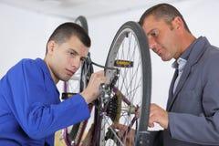 Männer und Reifenfahrrad lizenzfreie stockfotografie