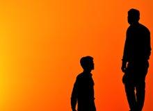 Männer unter dem Safranhintergrund begrifflich Stockfotos