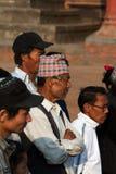 Männer von Bhaktapur im nationalen Kopfschmuck Lizenzfreies Stockbild