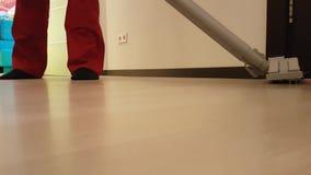 Männer, welche die Bodenbelagarbeitskraft, Uniform Staub saugen stock video footage