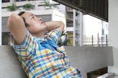 Männer werden über seine Arbeit erschrocken stockfotos