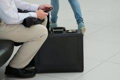 Männerfigur mit Gepäck Stockfotografie