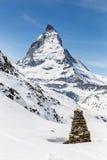 Människa-gjord stenmonument i bakgrunden av Matterhorn, Zermatt, Schweiz Arkivbilder