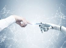 Människa- och robothänder som ut når, nätverk arkivfoton