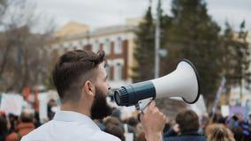 Människa på bakgrunden av folkmassan på revolutionen kontorsarbetare 4k stock video