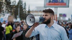 Människa på bakgrunden av folkmassan på revolutionen slowmotion kontorsarbetare lager videofilmer