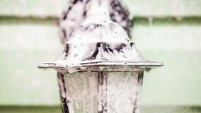 Människa som besprutar tvättmedel på gatalampan arkivfilmer