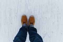 Människa som går på vintervägen royaltyfri bild