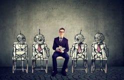 Människa vs robotteknologibegrepp Arkivfoto