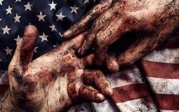 Människahänder i blod och smuts royaltyfri bild