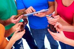Människahänder med minnestavlan och smartphonen. royaltyfri fotografi