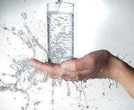 Människahänder med vatten som plaskar på dem Royaltyfria Foton