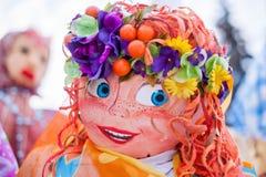 Människan gillar Masenitsa som ler dockan i Ryssland Royaltyfri Fotografi