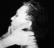 Människan räcker arbete med kvinnan med lera Royaltyfri Fotografi