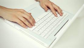 Människan räcker arbete på en bärbar dator Arkivbilder
