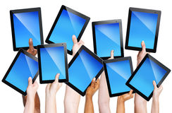 Människan räcker hållande kommunikationsapparater Arkivbild