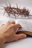 Människan räcker på bibel Royaltyfri Foto