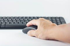 Människan var handtaget för datormusen och tangentbordet Arkivbilder