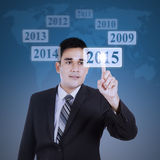 Männliche Arbeitskraft, die einen virtuellen Knopf betätigt Lizenzfreie Stockfotos
