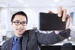 Männliche Arbeitskraft, die Selbstfoto macht Lizenzfreie Stockfotografie
