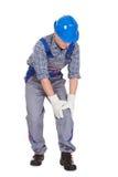 Männliche Arbeitskraft, die unter den Knieschmerz leidet Stockbilder