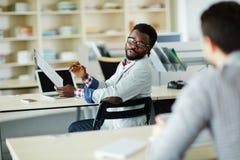 Männliche Arbeitskraft im Bürogroßraum stockfoto
