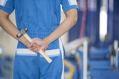 Männliche Arbeitskraft mit Werkzeugen in der Gesäßtasche Lizenzfreie Stockbilder