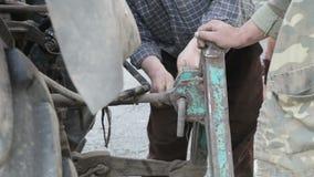 männliche Arbeitskraftbefestigungsmaschinerie landwirtschaftlich stock footage