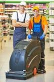 Männliche Arbeitskraftreinigungs-Shophalle Lizenzfreies Stockfoto
