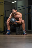 Männliche Athleten-Doing Heavy Weight-Übung für Bizeps Stockfoto