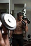 Männliche Athleten-Doing Heavy Weight-Übung für Bizeps Stockbilder