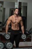 Männliche Athleten-Doing Heavy Weight-Übung für Bizeps Stockfotos