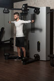 Männliche Athleten-Doing Heavy Weight-Übung für Schultern Stockbilder