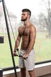 Männliche Athleten-Doing Heavy Weight-Übung für Trizeps Stockfotos