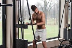 Männliche Athleten-Doing Heavy Weight-Übung für Trizeps Lizenzfreies Stockfoto