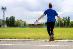 Männliche Athletensportlerpraxis mit Seilspringen an den Stadien im Freien, Zunahmeausdauer lizenzfreie stockfotos