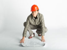 Männliche Bauarbeiter- und skizzierenpläne Lizenzfreie Stockbilder