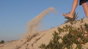 Männliche Beine, die Sand von der Düne in Sahara-Wüste, Tunesien, Nord-Afrika treten stock video