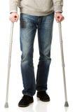 Männliche Beine mit Krücken Stockfoto